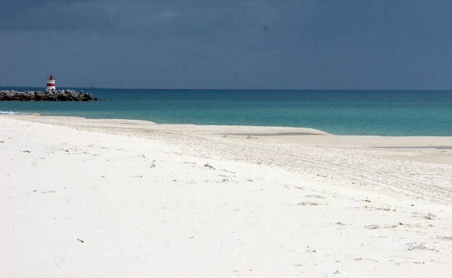 Praia da Ilha de Tavira-Mar. A temperatura média no verão é de 24ºC e a da água 20ºC.A extensão da praia é de 1000 metros.