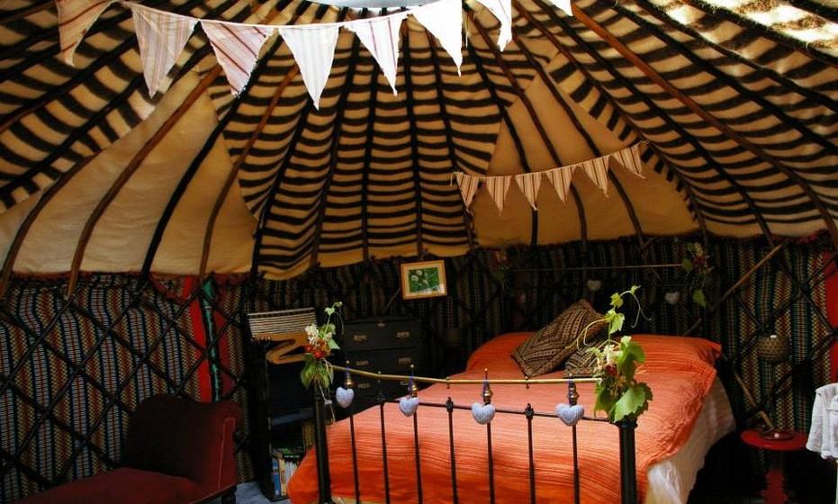 Os interiores são acolhedores e as estadias começam nos 75 euros por noite.