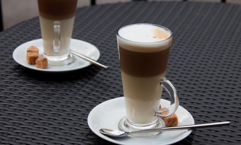 Macchiato: É um café com leite típico de Itália, que consiste em quatro partes de café expresso, uma parte de leite condensado e um shot de espuma de leite por cima. Usualmente é servido numa pequena chávena de vidro.