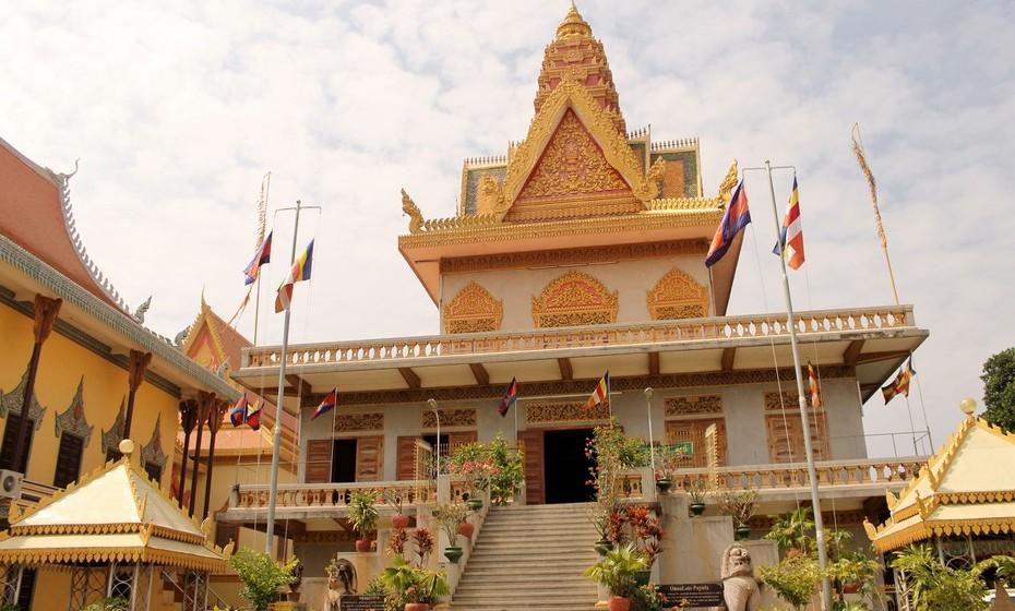 Phnom Pehn, a capital do Cambodja, foi o próximo destino. A cidade foi saqueada e invadida pelos tailandeses em vários momentos, foi ocupada pelos japoneses na Segunda Guerra Mundial, sofreu os efeitos da Guerra do Vietname e foi o local central das ações políticas do Regime do Khmer Rouge, que deixou o poder em 1979. Desde então, a cidade está a crescer.