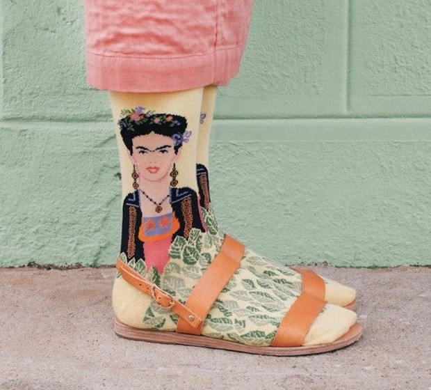 As meias com a imagem da artista Frida Kahlo são, como esperado, muito coloridas.