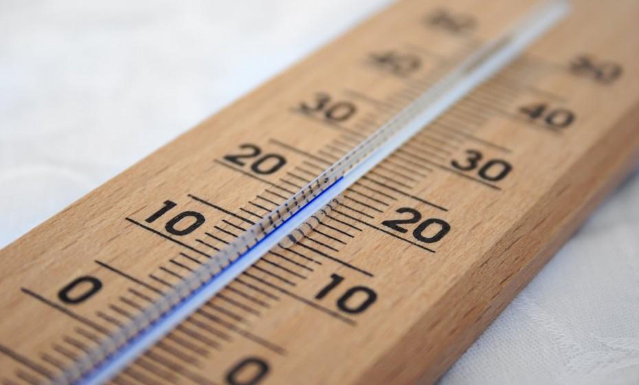 Atenção ao ar condicionado: Evite dormir com o ar condicionado ligado, uma vez que o ar ajuda a ressacar a sua pele. Prefira ligar o aquecimento algumas horas antes de se deitar e desligá-lo na hora de dormir. Se é friorenta prefira investir em roupa de cama de aquecimento térmico.
