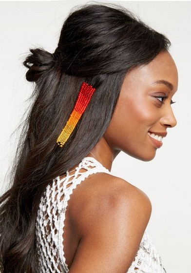 """Pelo YouTube, é já possível encontrar vários tutoriais de como fazer a tapeçaria de cabelos. Procure as palavras chave """"hair tapestry""""."""
