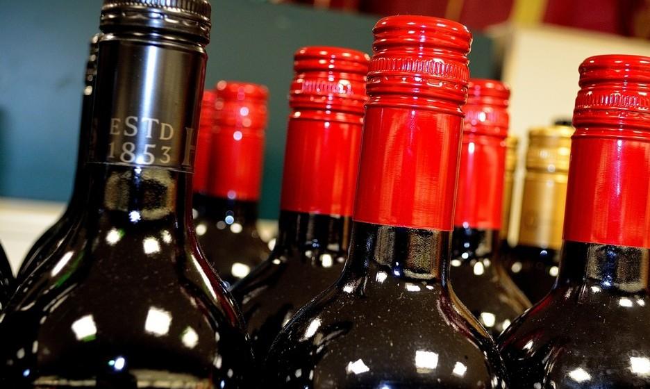 Escorpião: O lado negro deste signo pode refletir-se na escolha da bebida. Assim, bourbon ou vinho tinto podem ser boas apostas. O importante é que as bebidas tenham consistência, personalidade. Nada de bebidas leves para um nativo de Escorpião.