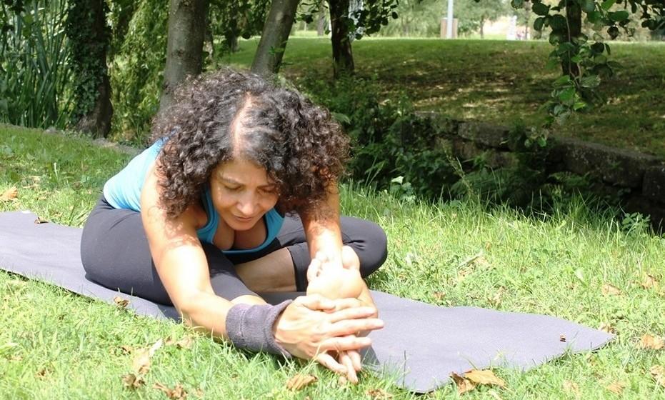 O yoga apresenta benefícios óbvios para o corpo, aumentando a flexibilidade, desenvolvendo a força muscular, tonificando o corpo, diminuindo as dores mais comuns, promovendo uma respiração mais completa e correta e promovendo a desintoxicação orgânica. Além disso, reduz os níveis de stress e ansiedade, promove a paz interior e a união entre corpo e mente.