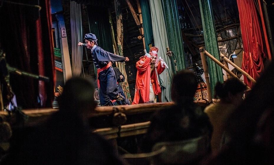 Um dos pontos altos deste festival são as óperas chinesas, que acontecem em palcos de bambu montados em diferentes pontos. Atuar nestas óperas é uma forma de homenagear os mortos e pagar dívidas aos falecidos.