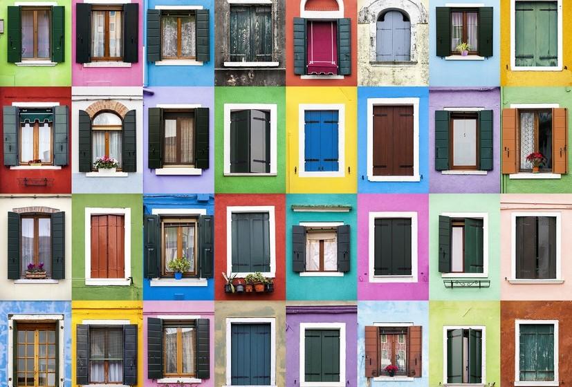 Na imagem, janelas de Burano, Itália.