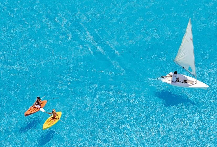 A sua dimensão permite que, além de nadar, possa fazer outras atividades como alugar um caiaque ou até um pequeno veleiro.