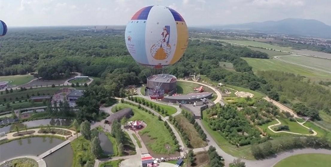 É ainda possível fazer passeios de balões, numa clara referência à obra. Um dos serviços oferece um voo de 150 metros de altura pelos arredores, com vista para os Alpes e a Floresta Negra alemã, enquanto o outro passeio atinge os 35 metros de altura e entretém os visitantes a bordo de um balão com um bar.