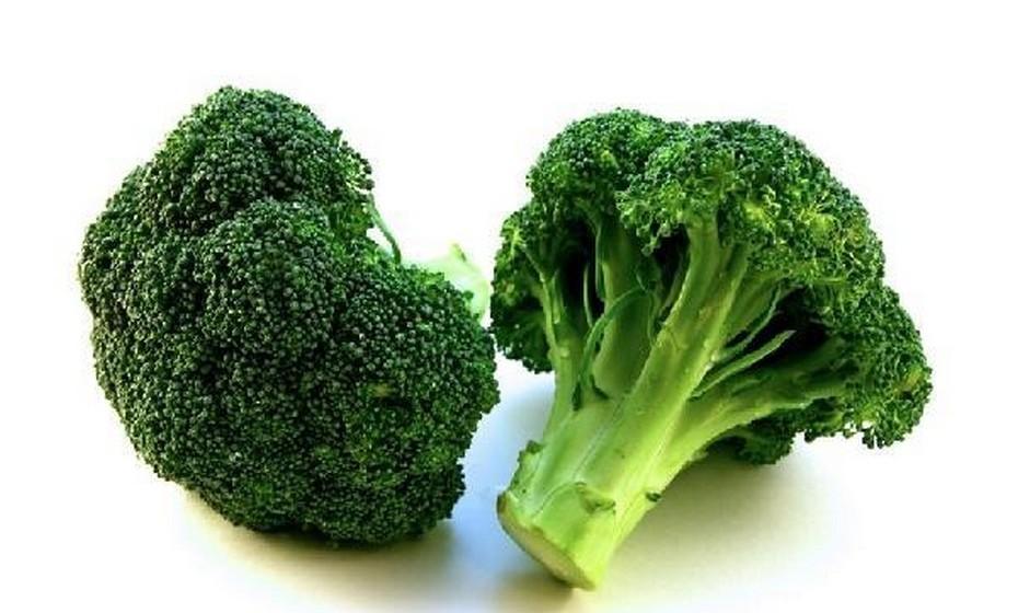 Bróculos: É um vegetal muito benéfico e que ajuda a reduzir o risco de cancro. As pequenas pontas verdes da cabeça do bróculo parecem centenas de células saudáveis, prontas para combater as células cancerosas.