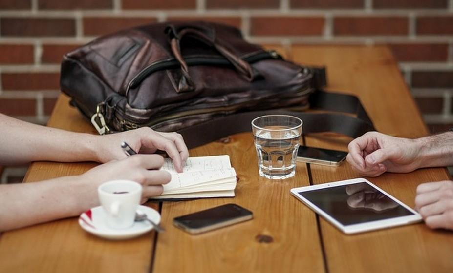 Estabeleça contactos: Nesta fase é importante falar com quem sabe. Descubra se tem família ou amigos que trabalham na mesma área ou empresa ou se consegue estabelecer contactos até chegar a alguém. É importante nesta fase ouvir falar, na primeira pessoa, sobre o trabalho ou empresa onde ambiciona chegar. A partilha de ideias pode ser conclusiva. Vá a feiras ou eventos da área, onde pode também estabelecer contactos interessantes.