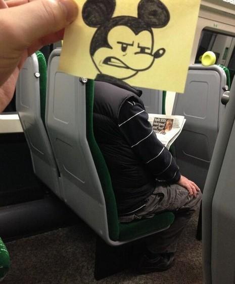 «Homem ou rato?», escreve junto da imagem de Mickey Mouse.