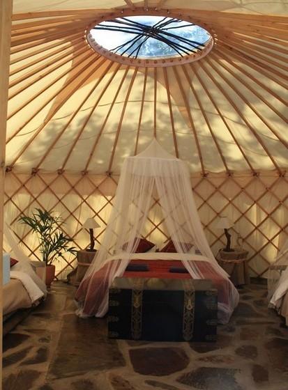 O interior de um dos yurts disponíveis.