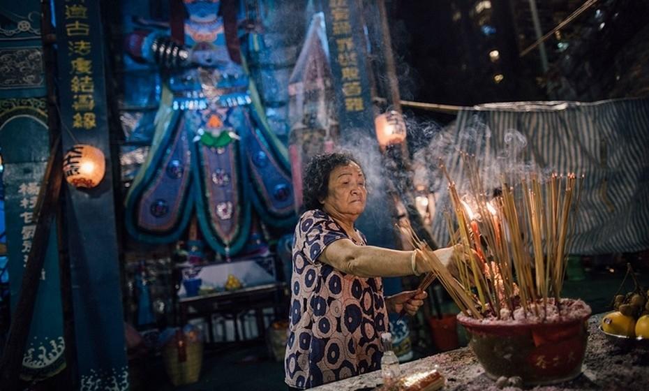 """Ainda, muitas pessoas queimam dinheiro falso e outras oferendas para os fantasmas usarem no """"outro lado"""". Neste festival os vivos tratam dos espíritos, não apenas dos seus ancestrais, mas também de todos os fantasmas errantes sem descanso."""