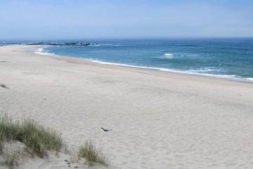 A agência de viagens online Rumbo selecionou as dez praias portuguesas com bandeira azul que garantem qualidade ambiental a quem as visita. Faça esta viagem de norte a sul pela costa portuguesa.