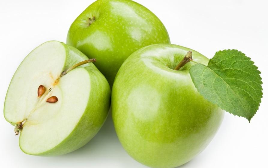 A sugestão de Lilian Barros é composta por: 2 maçãs, 1/4 de beterraba, 1/2 courgete, 2 folhas de couve, salsa q.b., 400ml de água de côco e 1-2 colheres de sopa de sementes de linhaça.
