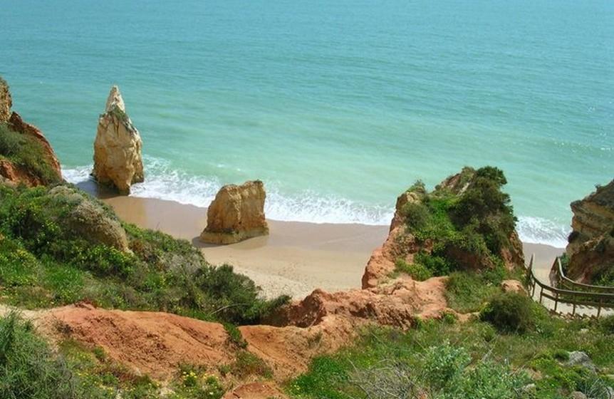A Praia dos Careanos, em Portimão, surpreende pelas formações rochosas que a rodeiam.