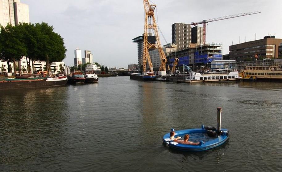 A HotTug é uma banheira que serve de barco e vice-versa. Pode navegar em águas calmas como lagos, pequenos rios ou canais, sem ondas superiores a 30 centímetros e sem muita corrente.