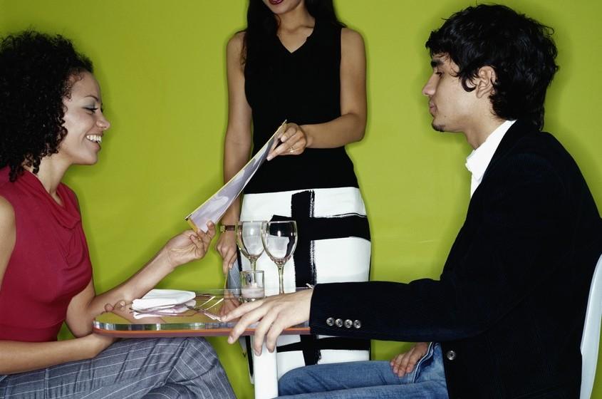 Aprenda a melhor linguagem corporal: Um dos fatores mais importantes para criar uma ligação com alguém é fazer com que o seu corpo fale de acordo com as suas palavras: de forma positiva e livre de julgamento. É importante colocar-se um pouco de lado, o que parece menos ameaçador do que encarar alguém de frente; prefira ter as palmas da mão viradas para cima enquanto fala; não mostre sinais inquisitivos (como erguer o sobrolho); siga os movimentos da outra pessoa (de forma discreta, sente-se de forma idêntica) e evite levantar o queixo, olhando de cima para alguém.
