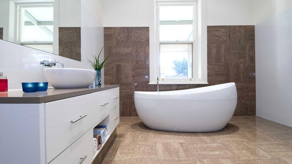 No duche ou na banheira, substitua a sua cortina de plástico por uma de nylon. Enquanto a cortina de plástico é difícil de lavar, a de nylon pode ser lavada na máquina, a quente, com alguma frequência, impedindo que bactérias e bolor se instalem.