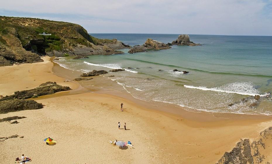 Praia Zambujeira do Mar, Odemira. A temperatura média no verão é de 21ºC e a da água 15ºC.A extensão da praia é de 230 metros.