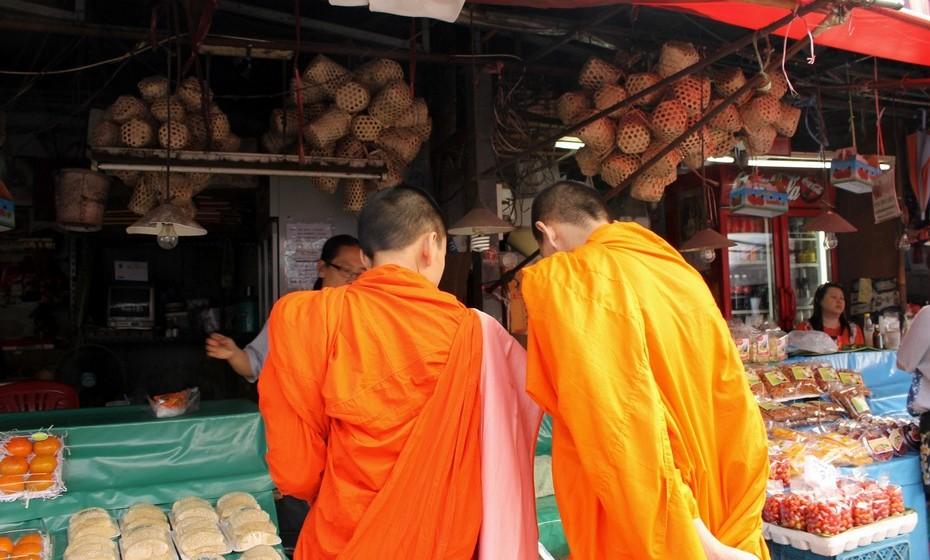 Graças às conversas com a família tailandesa que me alojou, aqui comecei a entrar mais em contacto com a cultura e religião do país. O budismo é o pilar fundamental das famílias tradicionais que cumprem as oferendas diárias aos monges.