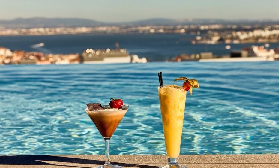 Vá à piscina junto aos céus de Lisboa. Há vários hotéis em Lisboa que têm piscina no topo e que abrem as portas aos visitantes, e não apenas aos hóspedes. É o caso do EPIC Sana Lisboa. Localizada no 9º andar deste hotel, a piscina tem vista panorâmica sobre a cidade, com o rio Tejo no horizonte. Junto à piscina, no UpScale Bar, pode ainda disfrutar de cocktails vários, sushi, snacks ou saladas. A piscina está aberta ao público mediante o pagamento de 50€ por adulto e 25€ por criança.