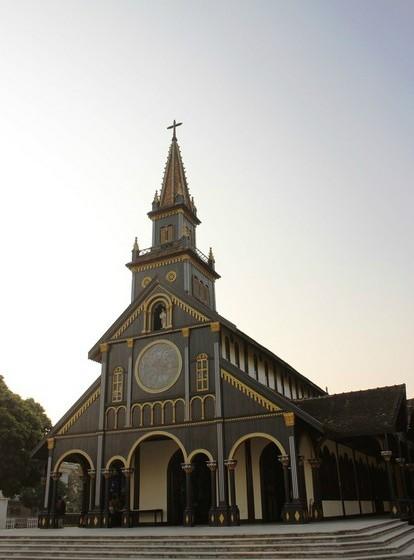Pela manhã visitamos uma igreja católica e assistimos a um serviço religioso. Atualmente, cerca de dez por cento da população do Vietname é católica. Independentemente da religião, a maioria dos vietnamitas é praticante.