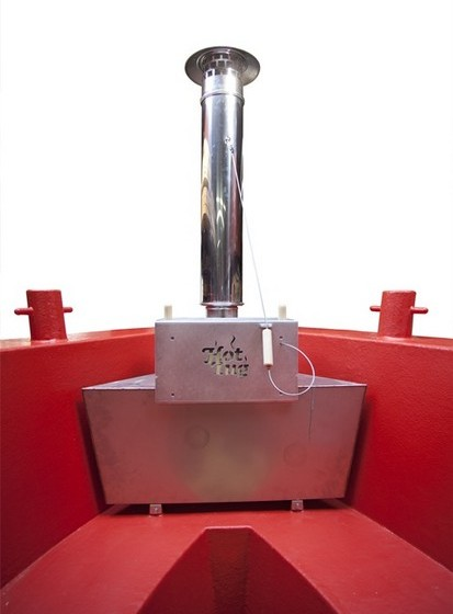 Através de um fogão a lenha, os 1800 litros de água necessários para encher a banheira são aquecidos em cerca de três horas, ou um pouco mais no inverno, até chegar aos 38 graus.