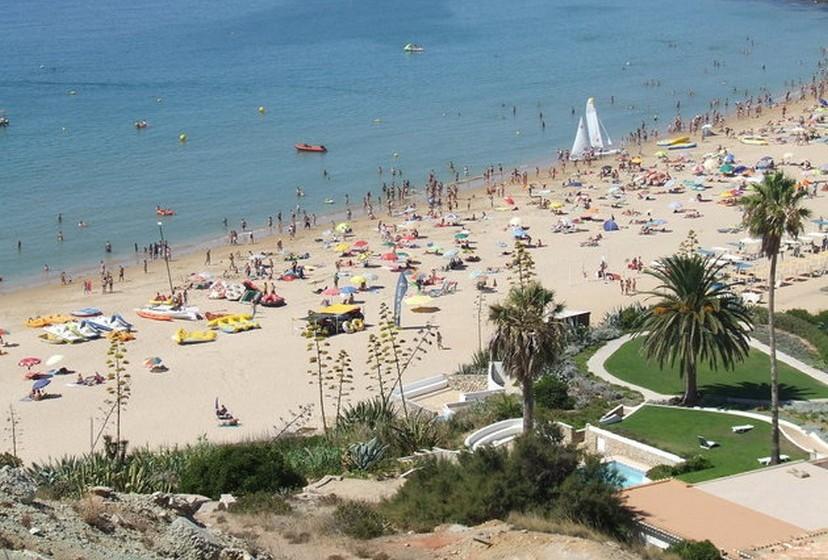 A Praia da Luz é uma das mais visitadas pelos turistas europeus.