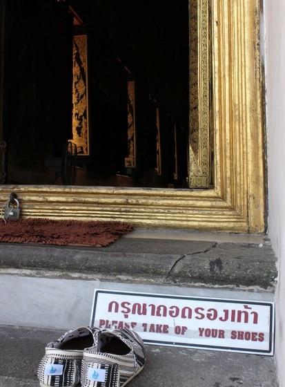 O primeiro dia que passei em Banguecoque era um feriado budista. Acordada às seis da manhã devido ao jet-lag, e sem saber que havia uma celebração, acabei por ir parar a um templo onde só estavam locais e assisti a uma cerimónia. Foi a primeira vez que ouvi cânticos de monges budistas e fiquei extasiada.