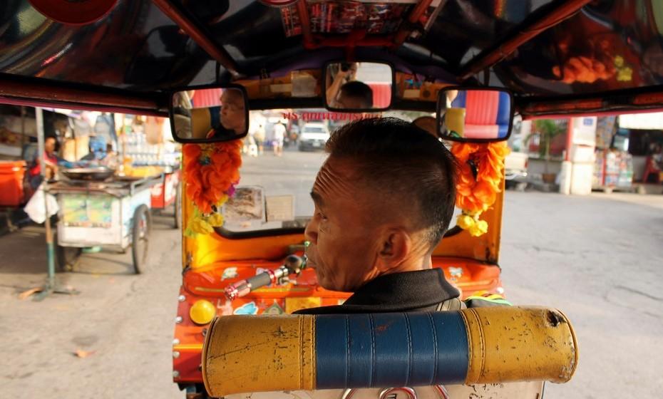 """Aterrei em Banguecoque no dia 1 de dezembro de 2013. Um domingo silencioso, depois dos protestos da noite anterior terem causado dois mortos. Para conseguir chegar ao hostel onde ia ficar alojada apanhei um táxi mas recebi indicação do motorista para, caso a polícia nos parasse, dizer que não era uma cliente mas antes uma amiga em visita, uma vez que os taxistas estavam impedidos de circular naquela zona da cidade. Logo ali percebi porque chamam à Tailândia o país do falso sorriso, quando lhe perguntei qual era a situação atual e recebi a resposta: """"Não há problema nenhum. Os turistas podem passear à vontade. Está tudo bem, tudo bem!""""."""