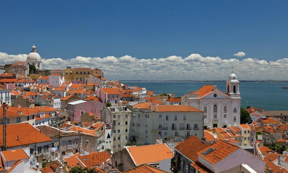 O artigo destaca ainda a capital Lisboa, o «epicentro cultural» do país.