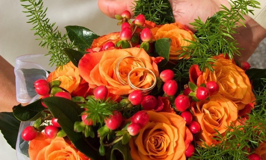 Se quer realmente criar impacto, talvez para um dia em que recebe pessoas em casa para uma ocasião especial, então prefira um bouquet com flores de cores fortes, que vai ser o centro das atenções.