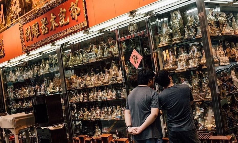 Dois homens observam estátuas de deusas numa loja em Hong Kong. Até 12 de setembro, as celebrações continuam por toda a China. (Por Joana de Sousa Costa. Fotos: Getty Images)
