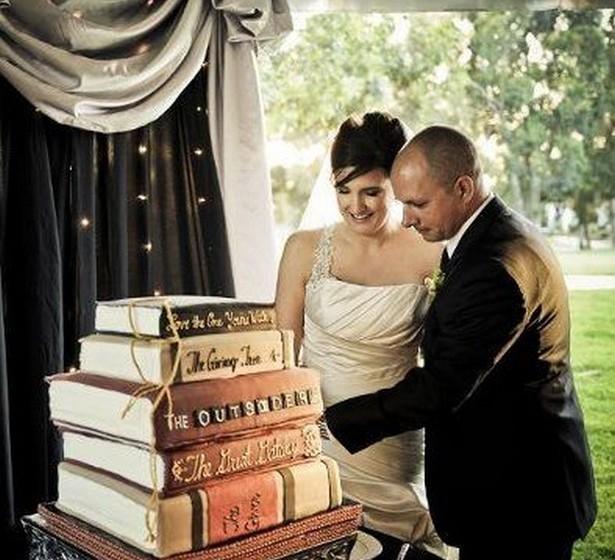 Os amantes de livros podem escolher a sua paixão como temática do casamento. A inspiração deve chegar ao bolo, um dos maiores símbolos da festa.