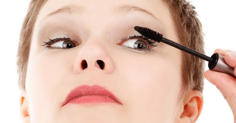 Olhos com lágrimas: Outras pessoas têm constantemente os olhos em água, sendo difícil controlar a queda de lágrimas. A solução aqui é reduzir ao mínimo a maquilhagem de olhos. Deixe de lado as sombras e mesmo o lápis. Opte apenas por rimel à prova de água, para evitar fazer o rimel escorrer pela cara e, eventualmente, um pouco de eyeliner.