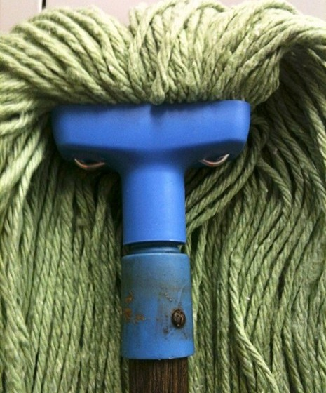 Um rosto zangado num vassoura.