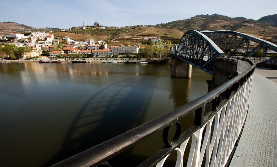 A Estrada Nacional 222 atravessa o Vale do rio Douro, enquanto oferece uma vista deslumbrante sobre os socalcos. E a que mais se aproxima do ADR ideal de 10:1 (10 segundos em linha reta para cada segundo gasto numa curva). Com uma relação 11:1, oferece a melhor experiência de condução do mundo, segundo este índice.