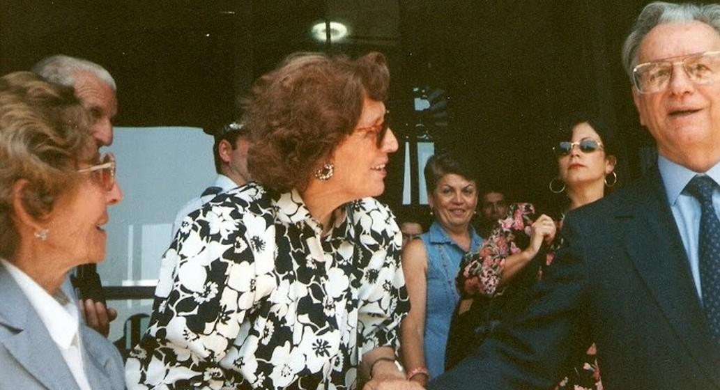 Além disso, viajou por vários países do mundo, difundindo a ideia de tornar o 26 de julho no Dia dos Avós. Numa das suas viagens ao Brasil, Ana Elisa despede-se de Itamar Franco, Presidente da República.