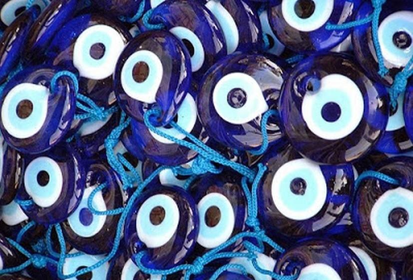 Olho grego: Este olho é muitas vezes utilizado em bijutaria ou como objeto de decoração. É tido como protetor contra a inveja e as energias negativas. Segundo a superstição, a cor azul absorve as más energias. Se o vidro partir, significa que o olho já cumpriu a sua função de proteção e deve ser substituído por um novo. Se for usá-lo como decoração, coloque-o perto da entrada.