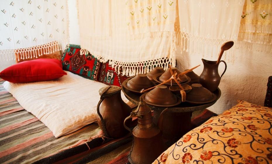 Pense numa festa temática. Pode montar uma tenda árabe no jardim, por exemplo, e convidar os presentes a sentarem-se no pelo chão, em almofadas, criando um ambiente completamente diferente.