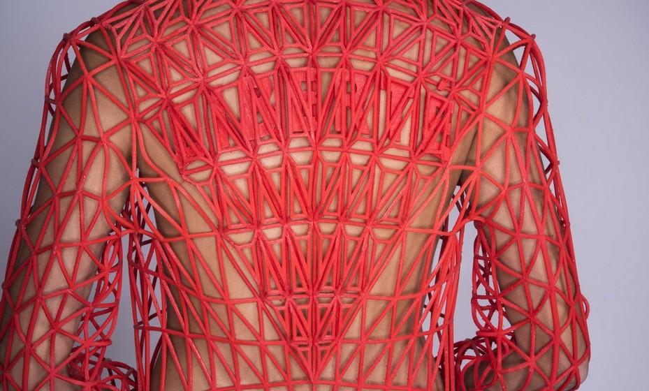 """Por incrível que pareça, a jovem fez a coleção de cinco coordenados a partir de impressoras 3D caseiras. Inspirada na pintura de Eugène Delacroix's """"Liberty Leading the People"""", a jovem criou peças a partir da composição de formas triangulares, focando-se inicialmente no casaco que chamou de """"Liberté"""".Na fase inicial, experimentou diferentes materiais e impressoras."""