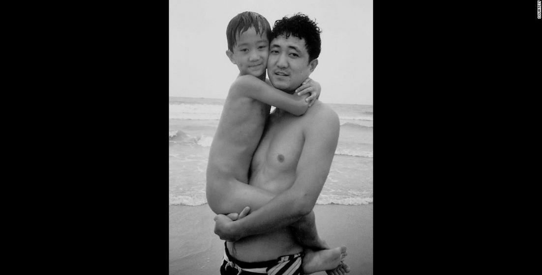 1992: Em todas as fotos, pai e filho estão abraçados.