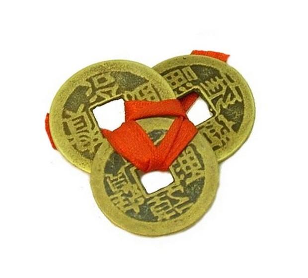 Moedas da sorte: São também chamadas de moedas chinesas, e atraem riqueza e bens materiais. É muito comum ter em casa três moedas chinesas presas no meio por um cordão vermelho.