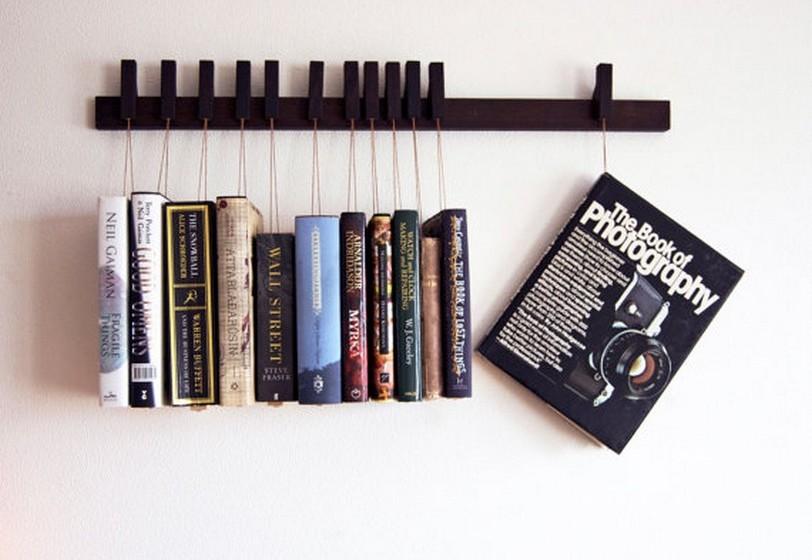 O cabide é uma opção divertida e original permite pendurar literalmente os livros, tornando-os objetos decorativos.