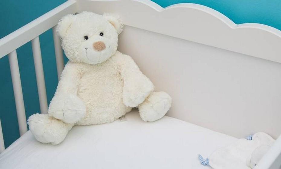 Ao retirar o bebé para fora do berço, traga-o para junto de si e dobre ligeiramente os joelhos para reduzir a tensão nas costas. Tenha atenção à sua própria altura, na hora de comprar o berço, para poder chegar facilmente ao bebé.
