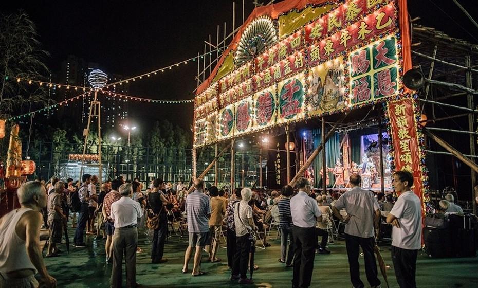 O festival acontece há mais de 100 anos e faz parte da cultura chinesa. Mais de um milhão de chineses oriundos de Chiu Chow, na província de Guangdong, vivem atualmente em Hong Kong. Esta comunidade mantém a tradição do festival viva na cidade, organizando uma versão reduzida. Assim, durante este mês, parques e praças de Hong Kong são tomados pelas tradições e incenso é queimado, arroz é distribuído e há atuações de óperas chinesas para entreter os fantasmas.