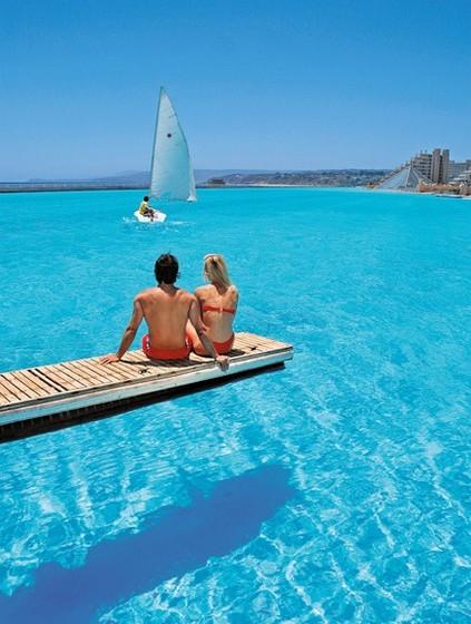 A piscina faz parte de uma estância privada, pelo que terá de se hospedar no hotel para usufruir de um mergulho.