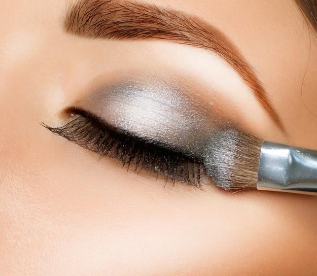 Corretor pesado: À medida que envelhecemos, a pele debaixo dos olhos fica mais fina. Por isso evite corretores muito espessos. Espalhe o corretor com um pincel, para um look mais natural, e aplique-o apenas nas zonas escuras em vez de em todo o olho.